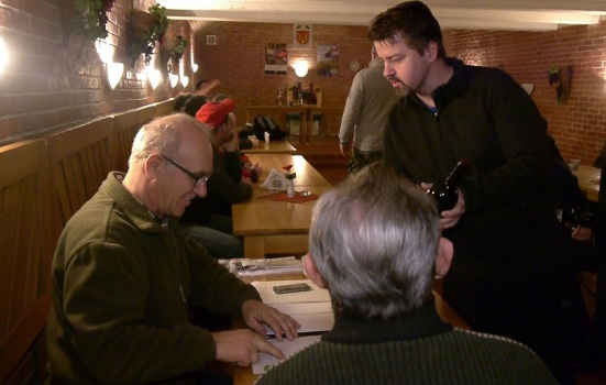 Starosta Peter Pilinský sa zástupcom račianskeho vinohradníckeho spolku (vľavo Eduard Brychta) poďakoval za organizáciou akcie. Foto: Michal Rebro