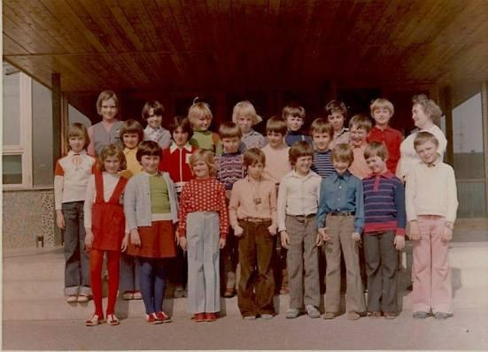 Školský rok 1977/1978 4.A. trieda — s Zuzana Csölleová, Renáta Šťastná, Ingrid Bačová, Adriana Šipošová, Lucia Šlosárová, Jana Adamecká, Miroslava Vachálková, Beáta Uhríková, Maroš Nadič, Richard Brezina, Ivan Jaslovský, Milan Štolc, Ľuboš Štaffa, Miroslav Lakota, Vladimír Šteffek, Roman Ilavský, Martin Parajka, Dušan Jarolík, Peter Krajíček, Rastislav Droppa, Peter Hajdin, Eleonóra Gužíková a Dušan Sandtner v Bratislava, Plickova ul.9.