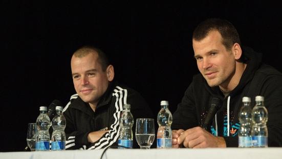 V NKD sa stretli s ich malými obdivovateľmi trojnásobní olympijskí víťazi – bratia Peter (vpravo) a Pavol (vľavo) Hochschornerovci. Foto: Marcel Rebro