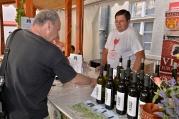 Juraj Vladár prezentuje svoje vína hosťom.