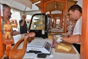 Mnohí hostia využili aj možnosť ochutnávky a kúpy slovenských syrov.
