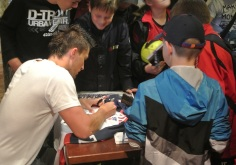 Po zápase sa ešte Jaro Janus trpezlivo venoval záujemcom o jeho autogram.