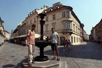 Jozef Mórik z račianskeho spolku a Milan Vetrík, organizátor Korunovačných slávností, pri Vtáčej fontáne.