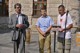 Milan Ftáčnik, starosta Rače Peter Pilinský a prededa Račianskeho vinohradníckeho spolku Dušan Žitný otvárajú 9. ročník Frankovky modrej a bratislavského vína.