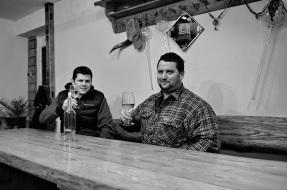 Račiansky vinár Jozef Štibrány a Jozef Mórik z Račianskeho spolku. FOTO: Marcel Rebro