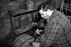 Račiansky vinár Jozef Štibrány pri naťahovaní frankovky. FOTO: Marcel Rebro