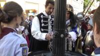 Člen sprievodu vysvetľuje kráľovi Leopoldovi mechanizmus fontány.