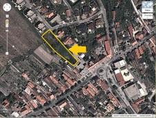 Situovanie Obecnej záhrady: Plocha sa nachádza medzi Námestím Andreja Hlinku/Alstrovou a ulicou Nad kúriou.