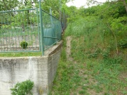 K objektu sa dostanete popri plote susednej záhrady.