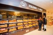 V predajni je aj pult s pekárenskými výrobkami. Súčasťou prvého dňa predaja bola podpora Základnej školy Jána Amosa Komenského aZákladnej školy Tbiliská.