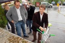 Odovzdávanie cyklostojanov pri miestnom úrade v Rači.