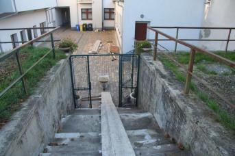 Predchádzajúci stav schodiska - pohľad zhora, od záhrady.
