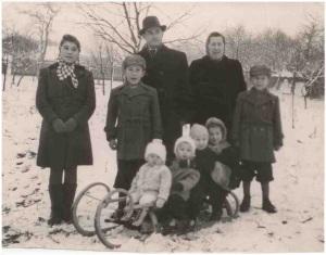 Otec poslanca Michala Hrdličku, bývalý račiansky notár, na archívnom zábere v strede.