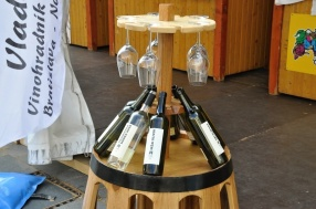 Originálny stojan na fľaše vína aj poháre predviedol Vladár.