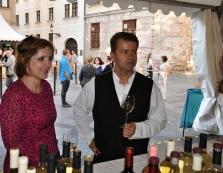 Starosta Rače Peter Pilinský vyberá vínko pre starostku Starého Mesta Tatianu Rosovú