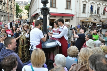 Račianski chlapci obsluhujú kráľovský sprievod frankovkou z Vtáčej fontány.