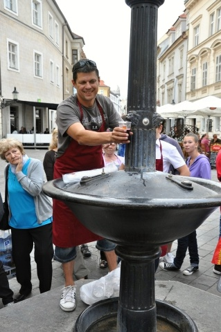 Jozef Mórik z Račianskeho spolku testuje prevádzku Vtáčej fontány.