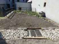 V odvodňovacom rigole je realizovaný tzv. suchý potok, štrk vysokej frakcie zachováva jeho pôvodnú vsakovaciu funkciu.