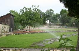 Počas suchého júna sa rozhodnutie inštalovať v Obecnej záhrade automatický zavlažovací systém ukázalo ako prezieravé.