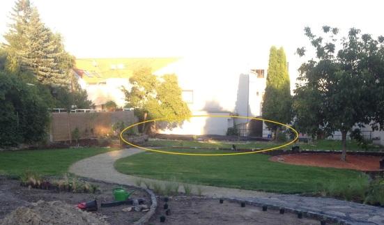 Cieľom brigády je vykopať základy pre prístrešok v Obecnej záhrade