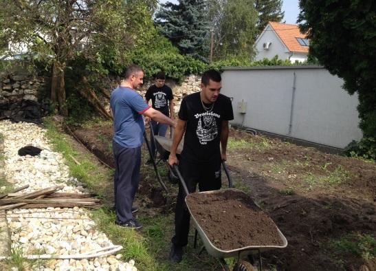 Brigáda v Obecnej záhrade Rača. Janko Polakovič zručne ovláda naplnený fúrik.