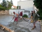 Zalievanie a vibrovanie betónu do pripraveného šalungu.