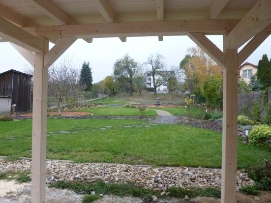 Výhľad spod prístrešku na Obecnú záhradu.