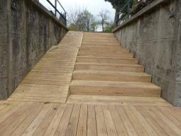 Podesta schodiska umožnila znížiť ostrý uhol pôvodných schodov