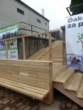 Agátové dreva dodáva priestoru pocit tepla a mäkkosti