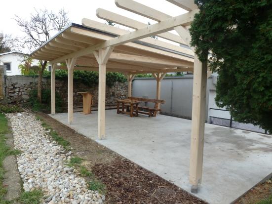 Sedenie v tieni prístrešku by mohli v budúcnosti využívať na vyučovaciu hodinu prírodovedy tak naši školáci, ako aj návštevníci vrátane svadobných hostí počas obradov v záhrade.