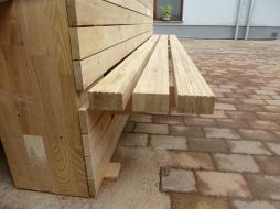Stavbou schodiska vznikla aj praktická lavička v parteri Obecného domu