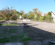 Veľké zmeny! Celý pozemok bol najskôr vyčistený a následne upravený pre záhradníkov. Vľavo už vidno základy pre nový plot.
