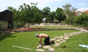V spodnej časti záhrady je trávnatý koberec, v hornej bola vysiata trávna lúka.