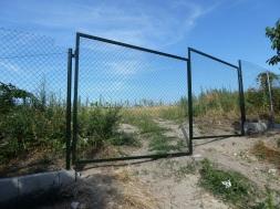 V hornej časti je už osadená jednoduchá brána.
