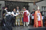 Richtár Peter Pilinský a šéf vinohradníckeho spolku Dušan Žitný nalievajú kráľovi Karolovi VI. prvý dúšok frankovky.