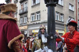 Kráľ Karol VI. a jeho družina obsluhujú poddaných vínom z Vtáčej fontány