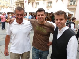 Zľava Dušan Žitný, Jozef Mórik a Peter Pilinský čakajú na príchod kráľa Karola VI.