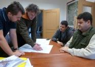 Ivan Jarina (druhý zľava) počas príprav projektu schodiska v Obecnej záhrada Rača.
