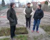 Obhliadka v Obecnej záhrade Rača, zľava Ivan Jarina, Michal Sallem a Peter Pilinský.