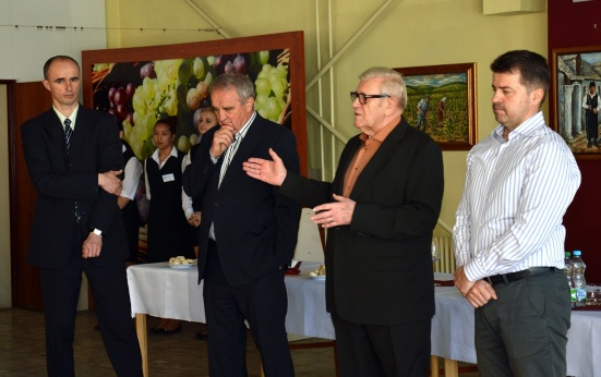 Záber z ročníka 2015, zľava enológ Richard Polkoráb, prezident súťaže Prof. Fedor Malík, riaditeľ Villa Vino Rača Ing. Ján Krampl a starosta Rače Peter Pilinský.